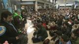運営にあたる3000人を超えるボランティアの活動を取材(C)NHK
