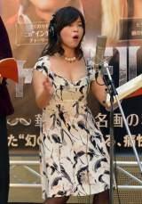 胸の谷間を強調した服を着て、腰を揺らしながらセクシー美女を熱演する大久保佳代子 (C)ORICON NewS inc.