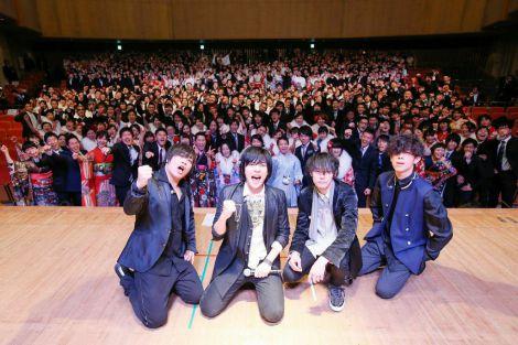 山村隆太(左から2人目)の教え子たちの成人式に駆けつけたflumpool