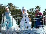 仲良くパレードに初登場した(左から)エルサ、オラフ、アナ (C)oricon ME inc.