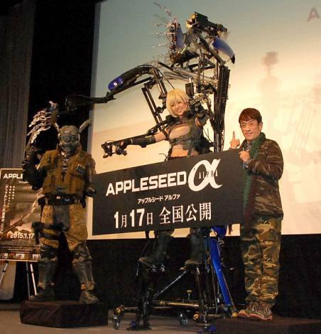 (左から)ブリアレオス、動作拡大スーツ・スケルトニクスに搭乗する菊地亜美、クリス松村=映画『アップルシード アルファ』(17日公開)公開記念イベントに出席したクリス松村 (C)ORICON NewS inc.