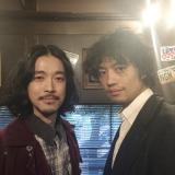 大橋トリオ(左)のニューアルバム収録曲のミュージックビデオ監督を務めた斎藤工