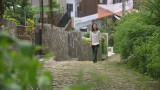 連続テレビ小説『ちゅらさん』のロケを行った石畳の道を久しぶりに歩く国仲涼子(C)RBC