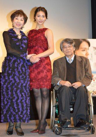 映画『マンゴーと赤い車椅子』完成披露舞台あいさつに出席した(左から)三田佳子、秋元才加、仲倉重郎監督 (C)ORICON NewS inc.