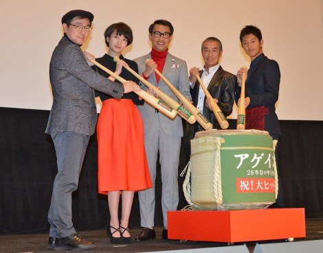 舞台あいさつに出席した(左から)大森寿美男監督、波瑠、中井貴一、柳葉敏郎、工藤阿須加 (C)ORICON NewS inc.