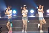 AKBグループ初の香港公演を行ったHKT48(左から宮脇咲良、指原莉乃、兒玉遥)(C)AKS