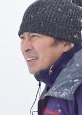 4月期のテレビ東京系ドラマ24は主演・岡田将生(左)×脚本&監督・鈴井貴之(右)によるコメディドラマ『不便な便利屋』