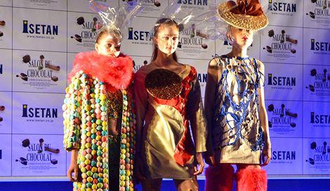 """サムネイル 『サロン・デュ・ショコラ 2015』が今年も開幕! オープニングセレモニーでは""""チョコレートドレス""""のファッションショーが行われた(20日=東京・新宿NSビル) (C)oricon ME inc."""