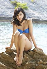 写真集『haruna3』では青い水着で大人の表情もみせている川口春奈