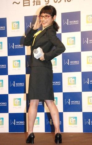 高橋愛のできる女秘書のポーズ=エンタープライズアプリ『HUE』新製品発表会 (C)ORICON NewS inc.