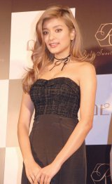 胸元が開いたセクシー黒ドレスで登壇したローラ=スイーツブランド『Rola Sweets factory』記者発表会 (C)ORICON NewS inc.