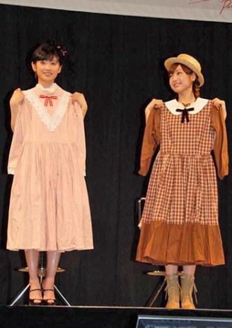 ミュージカル『赤毛のアン』の新キャスト発表会に出席した(左から)高橋愛、神田沙也加 役衣装をもらってニコニコ (C)ORICON DD inc.