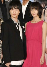 映画『桐島、部活やめるってよ』のヒット祈願を行った主演の神木隆之介とヒロインの橋本愛(右)