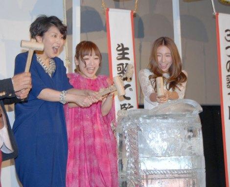 氷の世界をイメージした酒樽で鏡開き!(左から)松たか子、神田沙也加、May J. (C)ORICON NewS inc.