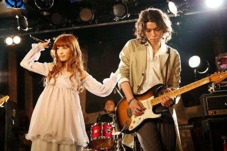 デビュー記念ライブを開催したTRUSTRICK(左から)神田沙也加、Billy