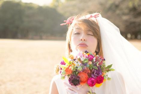 サムネイル 一般男性との結婚を発表した大石参月(講談社『ViVi』誌面カット)