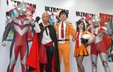 漫画『ULTRAMAN』新刊発売イベントに出席した(左から)ウルトラマンティガ、小峠英二、博多大吉、潘めぐみ、ウルトラマン (C)ORICON NewS inc.