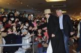 羽田空港には1000人を超えるファンが集まった。