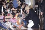 ファンに目線に合わせて膝をつくなど、ファンサービスで周囲を魅了した。