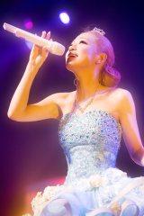 プリンセスドレス姿で熱唱した西野カナ