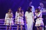 1期生に囲まれて笑顔のあっちゃん(左から)峯岸みなみ、小嶋陽菜、前田敦子、高橋みなみ=『AKB48リクエストアワー セットリストベスト1035 2015』 (C)AKS