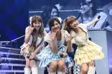 2期生仲良しショット(左から)小林香菜、宮澤佐江、梅田彩佳=『AKB48リクエストアワー セットリストベスト1035 2015』(C)AKS
