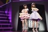 (左から)渡辺美優紀、柏木由紀=『AKB48リクエストアワー セットリストベスト1035 2015』(C)AKS