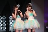 『AKB48リクエストアワー セットリストベスト1035 2015』2日目公演の模様(写真は左から:小谷里歩、小笠原茉由)(C)AKS