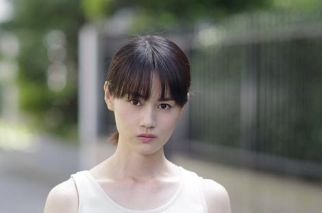 望月珠恵役の西田エリ。映画『灰色の烏』3月21日より全国順次公開
