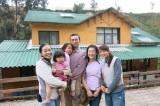 西川公一郎氏とその家族、ミステリーハンターの鉢嶺杏奈=『世界で出会ったステキな日本人79分スペシャル』より (C)TBS