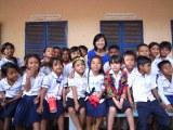 ミステリーハンター・宮地眞理子とカンボジア子どもたち=『世界で出会ったステキな日本人79分スペシャル』より (C)TBS