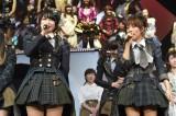 『第2回ドラフト会議』開催をサプライズ発表(左から)横山由依、高橋みなみ=『AKB48リクエストアワー セットリストベスト1035 2015』3日目(C)AKS
