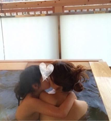 サムネイル アーティストのhitomiが愛娘と一緒の大胆入浴ショットをブログ掲載