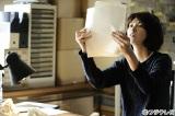 仕事人間で変わり者の新聞記者・長谷部章子を演じる田中麗奈