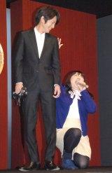 ノリノリで歌い上げる黒沢かずこ(右)に苦笑いの溝端淳平=映画『フィフティ・シェイズ・オブ・グレイ』コラボポスターお披露目イベント