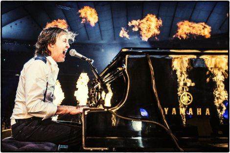 火柱が上がる演出のなか70歳オーバーとは思えない熱演(C)2013 MPL Communications Ltd/Photographer:MJ Kim