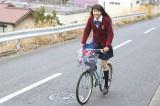 自転車で全力疾走した松井愛莉4=ロッテ『ガーナミルクチョコレート』新CMメイキングカット