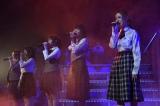 同期メンバーと自身のソロ曲「動機」を披露した島崎遥香(右)(C)AKS