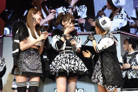 AKB48の39枚目のシングル「Green Flash」(3月4日発売)初披露 Wセンターを務める(左から)小嶋陽菜、柏木由紀(C)AKS