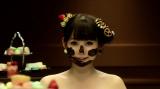 顔にチョコを塗りたくるしょこたん(中川翔子「ドリドリ」MVより)