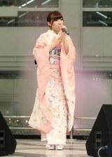 ファンの前で熱唱する岩佐美咲