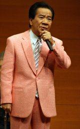 古賀メロディー22曲と自身の新曲「あばれ舟唄」を披露