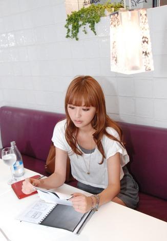 ガールズブック『s'eee』(SDP刊)で編集長を務めるモデル・鈴木えみ