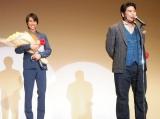 『2014年エランドール賞』を受賞した福士蒼汰(左)とお祝いに駆けつけた皆川猿時 (C)ORICON NewS inc.