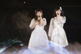『AKB48リクエストアワー セットリストベスト1035 2015』で2位に入った「友達」を歌う(左から)山田菜々、山本彩(C)NMB48