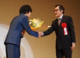 吉田鋼太郎(右)が『2015年エランドール賞』授賞の池松壮亮に花束贈呈