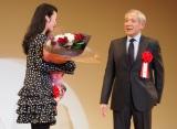 中原丈雄(右)が『2015年エランドール賞』授賞の黒木華を祝福