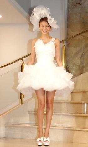 サムネイル ミニスカのウエディングドレス姿で結婚会見を行った大石参月 (C)ORICON NewS inc.