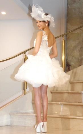 背中がセクシーなドレス=結婚会見を行った大石参月 (C)ORICON NewS inc.