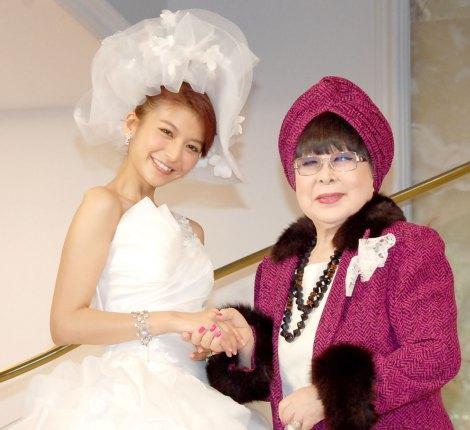 (左から)結婚会見を行った大石参月、ドレスをデザインした桂由美氏 (C)ORICON NewS inc.